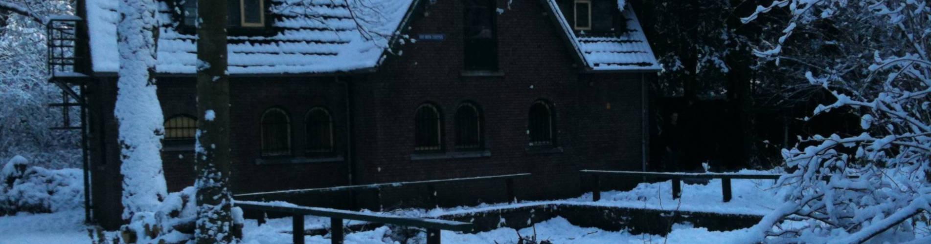 Clubhuis in de sneeuw